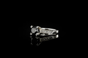 Diamantring mit einem schwarzen Brillianten