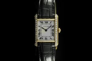Cartier Tank (20mm) in 18k Gelbgold mit schwarzem Lederband und Diamantbesatz