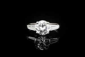 Diamantring ca. 1,5ct mit Trapezdiamanten 0,40ct.