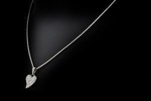 18k Weißgoldkette mit einem Herzanhänger (ca. 0,6ct.)