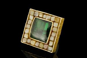 Ring mit ca. 25ct. Rohdiamanten und grünem Edelstein in 18k Gelbgold & Silber von Guido Carbonich