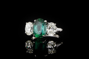 Smaragdring in Platin ovalem Smaragdstein & Diamanten